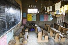 Klassrum av en grundskola i Uganda Arkivfoto