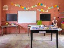 Klassrum av grundskola f?r barn mellan 5 och 11 ?r i Povoacao Velha, Boa Vista royaltyfri foto