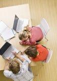 klassrumbärbar datordeltagare som tillsammans studerar Arkivbild