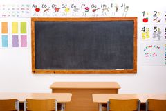 klassrumet dekorerat elementärt tömmer Arkivbild
