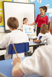 klassrumskolungdom som studerar lärare Arkivbild