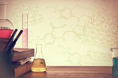 Klassrumskrivbord av kemiundervisningbakgrund arkivbild