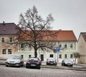 Klasterec nad Ohri,捷克共和国- 2018年2月17日:汽车、树和历史房子Namesti博士的 Benese路面正方形dur 免版税库存图片