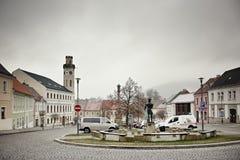 Klasterec nad Ohri,捷克共和国- 2018年2月17日:雕象、汽车和历史房子Namesti博士的 Benese路面正方形d 免版税图库摄影