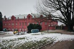 Klasterec nad Ohri, República Checa - 17 de febrero de 2018: árbol grande y cerradura gótica nea roja en invierno Imagenes de archivo