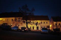 Klasterec nad Ohri, República Checa - 17 de febrero de 2018: coches, árbol y casas históricas en el Dr. de Namesti Cuadrado del p Imágenes de archivo libres de regalías