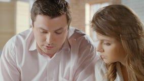 Klasy średniej pary kalkulatorskie miesięczne płatności, rodzinny budżet zdjęcie wideo