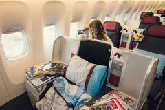 Klasy business kabinowy wnętrze Boeing 777 z kobieta pasażerem Obrazy Stock