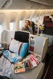 Klasy business kabinowy wnętrze Boeing 777 z szczęśliwym kobiety pas Zdjęcia Stock