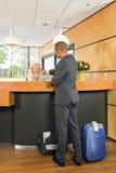 Klasy business pasażerski sprawdzać wewnątrz przy hotelowym recepcyjnym biurkiem Zdjęcia Royalty Free