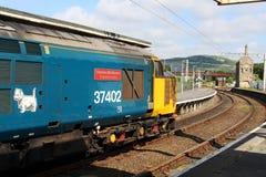 Klasy 37 elektryczny loco opuszcza stację Obrazy Stock