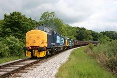 Klasy 37 lokomotyw liczby 37682 zbliża się Mytholm, 37025 i Fotografia Stock
