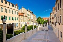 Klasyczna dalmatian ulica w miasteczku Sibenik zdjęcia royalty free