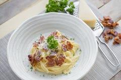 Klasyczna Domowej roboty makaronu Carbonara włoszczyzna Spaghetti z bekonem, Obrazy Royalty Free
