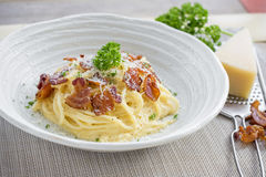 Klasyczna Domowej roboty makaronu Carbonara włoszczyzna Spaghetti z bekonem, Obraz Stock