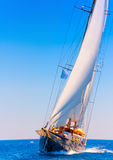 Klasyczna drewniana żeglowanie łódź Zdjęcia Royalty Free
