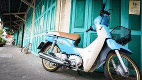 Klasyczna drzwi zieleń i bicykl w Chinatown drodze główna ulica w Chinatown Bangkok punkt zwrotny, once (Yaowarat) Obrazy Royalty Free