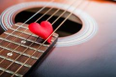 klasyczna gitara z sercem zdjęcia stock