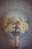 Klasyczna i elegancka bridal dekoracja blisko bukiet na ślub Zdjęcie Royalty Free