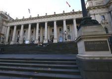 Klasyczna i historyczna plenerowa wejściowa fasada parlament Wiktoria na uroczystych schodkach w Melbourne, Australia zdjęcie stock
