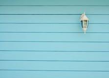Klasyczna lampa wspinająca się na drewnianej ścianie Zdjęcie Stock