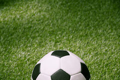 Klasyczna piłki nożnej piłka na zielonej futbolowej smole Zdjęcia Royalty Free