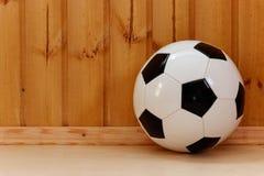 Klasyczna piłki nożnej piłka przeciw ścianie nowe drewniane deski obraz royalty free