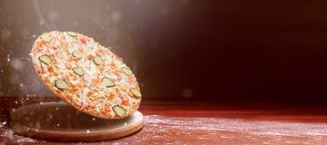 Klasyczna pizza na ciemnym drewnianym stołowym tle i rozrzucanie mąka pizza menu restauracyjny pojęcie zdjęcie stock