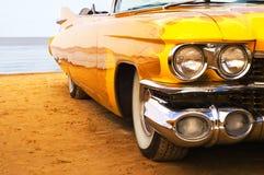 klasyczna plażowy płomień Cadillac pomalowane żółty Fotografia Royalty Free