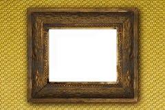 Klasyczna stara drewniana obrazek rama rzeźbił ręką na złocistej tapecie Fotografia Royalty Free