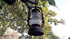 Klasyczna stara lampa Rocznik nafty zakurzona lampa z brudnym szkłem i rdzewieć zdjęcia stock