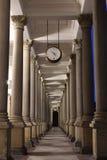 Klasyczna stylowa kolumnada, Karlovy Zmienia obrazy royalty free