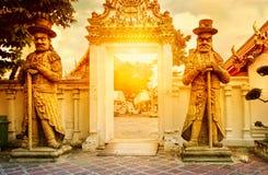 Klasyczna Tajlandzka architektura w Wata Pho jawnej świątyni przy dramatycznym pomarańczowym zmierzchu niebem, Bangkok, Tajlandia Obraz Royalty Free