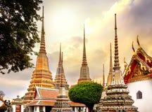 Klasyczna Tajlandzka architektura w Wata Pho jawnej świątyni przy dramatycznym pomarańczowym zmierzchu niebem, Bangkok, Tajlandia Zdjęcie Royalty Free