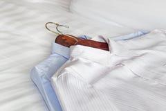 klasyczne koszula na łóżku Obraz Stock