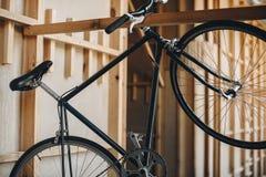 Klasycznego czarnego modnisia rowerowy obwieszenie na drewnianej desce Fotografia Royalty Free