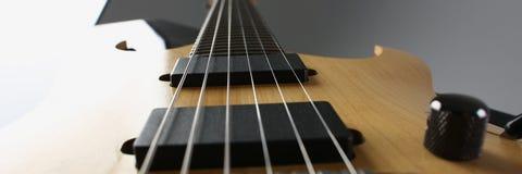 Klasycznego kształta drewniana gitara elektryczna z rosewood szyją Zdjęcie Stock
