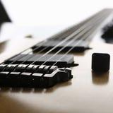 Klasycznego kształta drewniana gitara elektryczna z rosewood szyją Zdjęcia Royalty Free