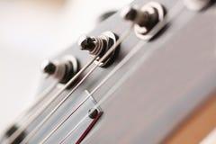Klasycznego kształta drewniana gitara elektryczna z rosewood szyją Obrazy Royalty Free