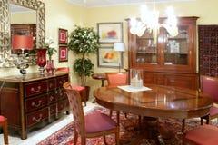 klasycznego meblarskiego żywego pokoju stołu ciepły drewno Zdjęcie Royalty Free