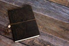 Klasycznej skóry czasopisma Obszyta książka na Starym stajni deski podłoga zakończeniu Up zdjęcie royalty free