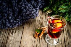 Klasycznej zimy jesieni gorący napój, rozmyślający wino koktajl obrazy royalty free