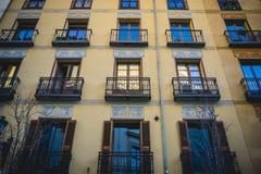 Klasyczni balkony Madryt, stara ulica w kapitale Hiszpania, Zdjęcia Stock