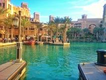 Klasyczni Dubaj budynki w Madinat Jumeirah, UAE - Wizerunek zdjęcie stock