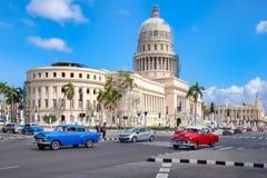 Klasyczni samochody w w centrum Hawańskim blisko ikonowego Capitol budynku Zdjęcia Stock