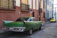Klasyczni samochody w ulicie Santiago de Kuba zdjęcie stock