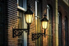 Klasyczni streetlights na starej ścianie w wieczór zaświecają zdjęcia royalty free