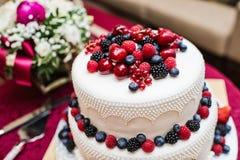 Klasyczny ślubny tort z malinkami, truskawkami, czernicami i czarnymi jagodami, zdjęcia royalty free