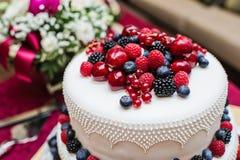 Klasyczny ślubny tort z malinkami, truskawkami, czernicami i czarnymi jagodami, fotografia royalty free