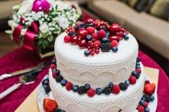 Klasyczny ślubny tort z malinkami, truskawkami, czernicami i czarnymi jagodami, zdjęcie stock